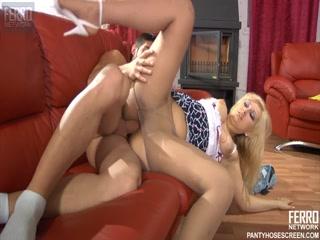 Сексуальная зрелая дама трахается с молодым парнем в пизду дома