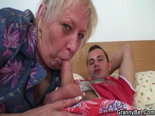 Бабушка ебется со своим внуком в пизду, пока мужа нет дома - порно видео онлайн бесплатно!