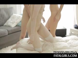 Две молодые девушки сосут член и трахают его в пизду - порно видео для дрочки