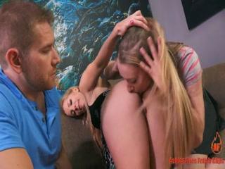 Две девушки трахаются с парнем на диване втроем