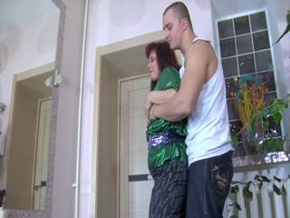Парень устроил секс с блондинкой в чулках на диване дома - порно видео