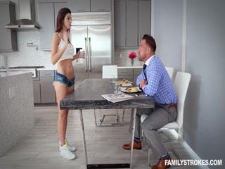 Секс со зрелой женщиной в чулках и ее молодым любовником дома - порно видео