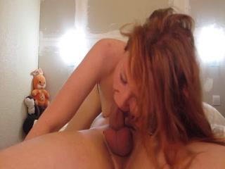 Девушка сосет хуй парню, который трахает ее в пизду во всех позах дома - порно видео онлайн hd
