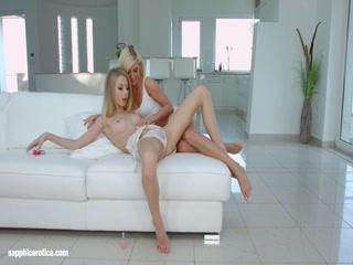 Две лесбиянки лижут друг другу киски на диване в спальне