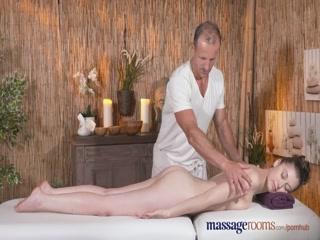 Порно видео массаж с грудастой брюнеткой, что любит еба