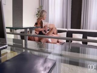 Секс с красивой девушкой, которая любит сосать хуй у парня дома на диване - порно для возбуждения