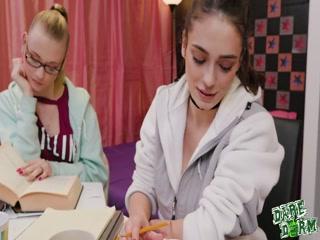 Две лесбиянки ебутся с молодым преподавателем на столе во все дырки
