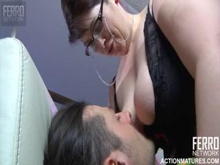 Секс с горячей женщиной, которая любит сосать хуй своего парня на диване дома!